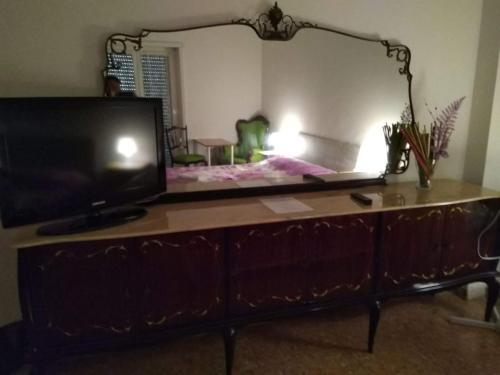 Una televisión o centro de entretenimiento en Next Stop Affittacamere Casilino
