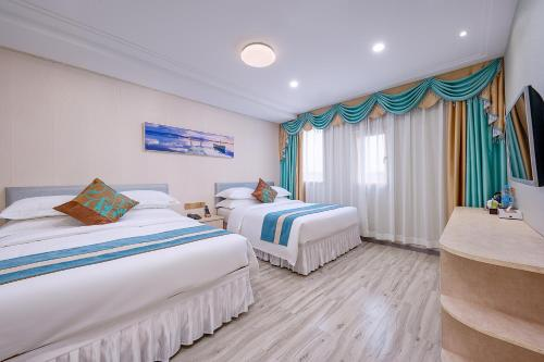 A bed or beds in a room at Frida Hotels Guangzhou Baiyun International airport