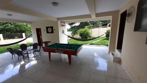 A pool table at Moto Hostel Roncador