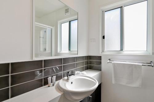 A bathroom at Kaloha Holiday Resort Phillip Island