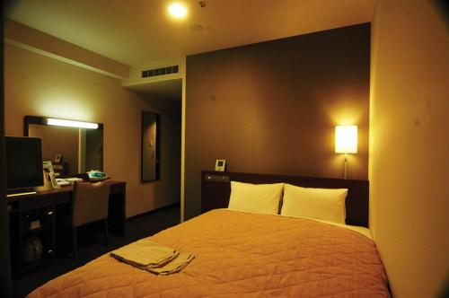 A bed or beds in a room at Hotel Resh Tottori Ekimae