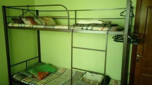 """Двухъярусная кровать или двухъярусные кровати в номере Хостел """"Квітковий Бородянка"""""""