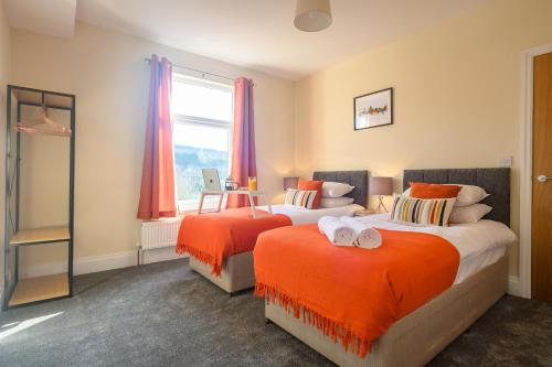 A bed or beds in a room at Beechwood House, by Tŷ SA - Luxury home perfect for ICC Celtic Manor & Llanfrechfa Hospital