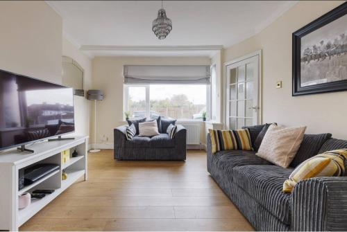 Modern 4 bedroom house in Heathrow, London