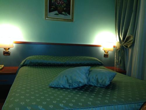 A bed or beds in a room at Hotel Fenicia