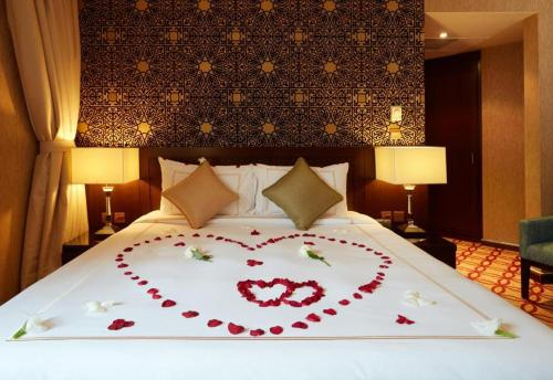 A bed or beds in a room at Dallah Taibah Hotel