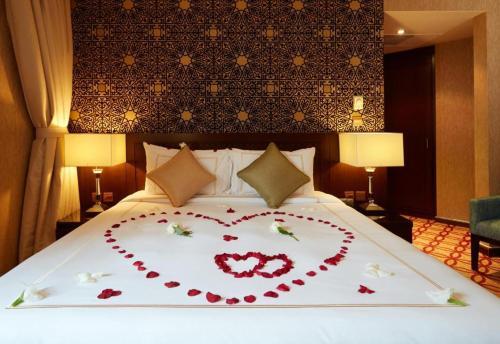 سرير أو أسرّة في غرفة في فندق دلة طيبة