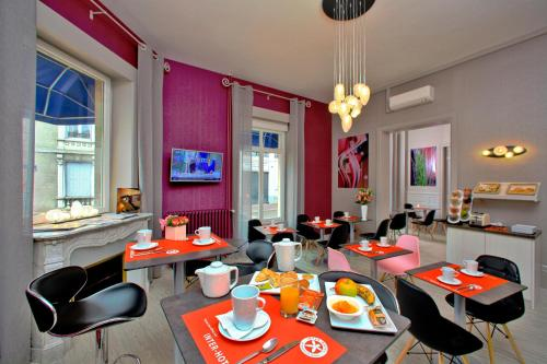 A restaurant or other place to eat at The Originals City, Hôtel le Saint-Martial, Limoges (Inter-Hotel)
