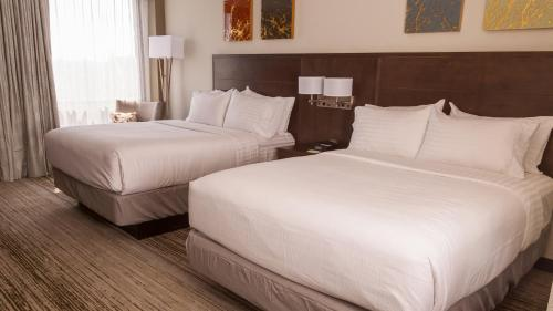 A bed or beds in a room at Holiday Inn Alexandria - Downtown
