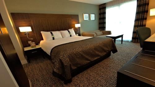 A bed or beds in a room at Holiday Inn Birmingham Airport - NEC
