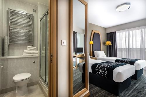 A bathroom at Holiday Inn Birmingham North - Cannock