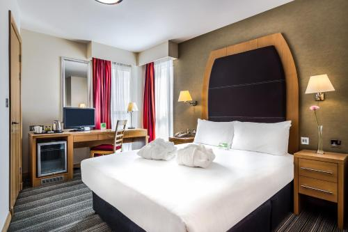 A bed or beds in a room at Holiday Inn Birmingham North - Cannock