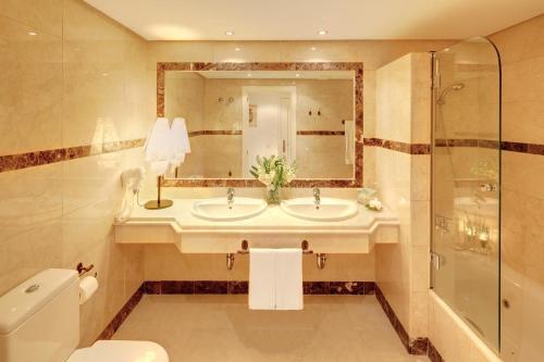 A bathroom at Vasari Resort