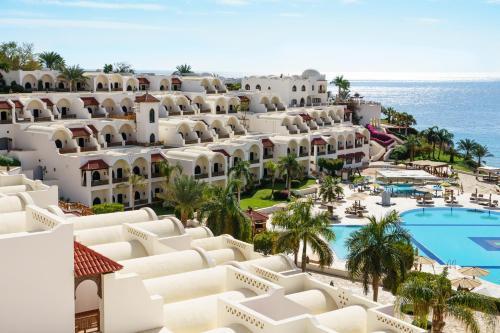 Вид на басейн у Mövenpick Resort Sharm El Sheikh або поблизу