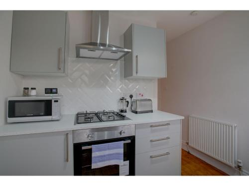 A kitchen or kitchenette at Stylish Home in Cheadle Hulme near The Airport!