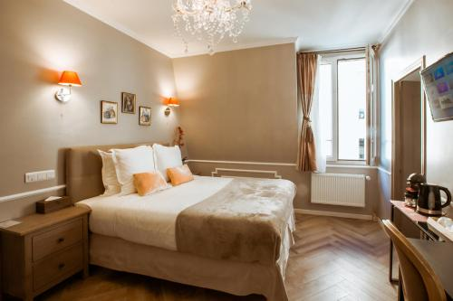 A bed or beds in a room at La Maison Gobert B&B