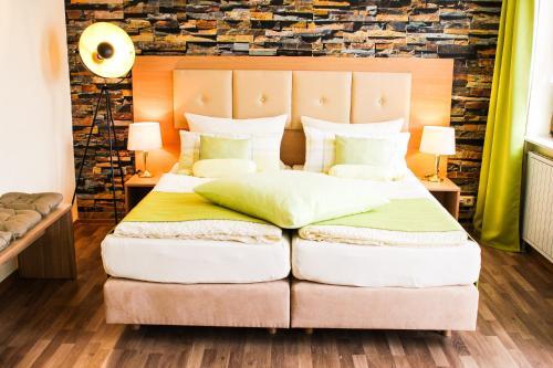Ein Bett oder Betten in einem Zimmer der Unterkunft Hotel Seerose Bostalsee