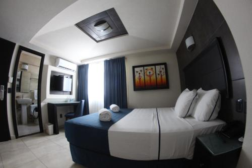 A bed or beds in a room at Hotel Portonovo Plaza Malecon