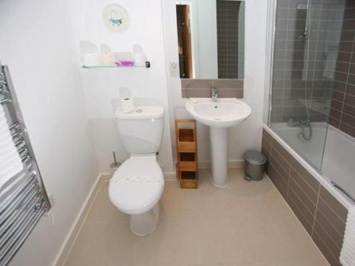 A bathroom at Castle Lanes