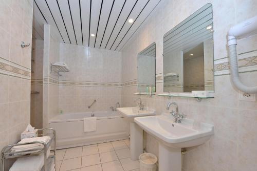 Salle de bains dans l'établissement Hotel Castel Jeanson