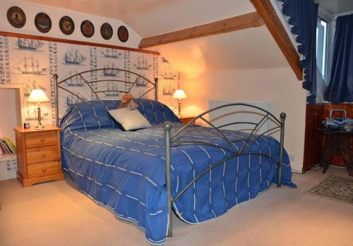 A bed or beds in a room at Captains Cabin