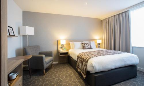 A bed or beds in a room at Holiday Inn Ellesmere Port/Cheshire Oaks
