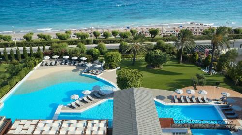 Ein Blick auf den Pool von der Unterkunft Rhodes Bay Hotel & Spa oder aus der Nähe