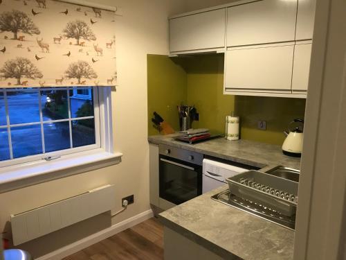 A kitchen or kitchenette at Glenlochy Apartments