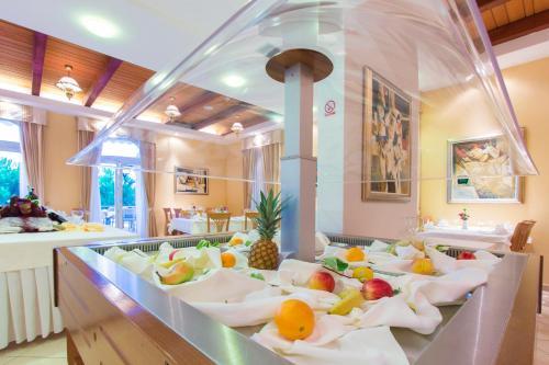 Ein Restaurant oder anderes Speiselokal in der Unterkunft Hotel Spongiola