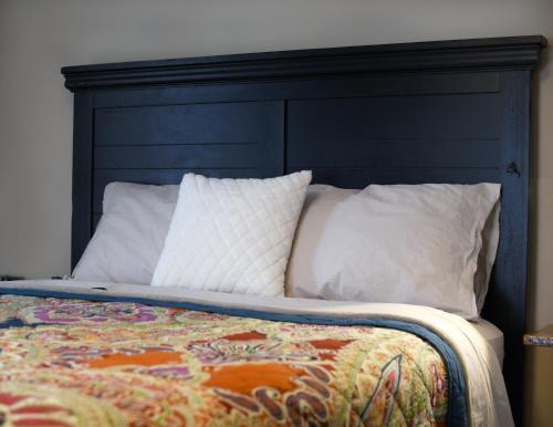 Кровать или кровати в номере Indy Hostel