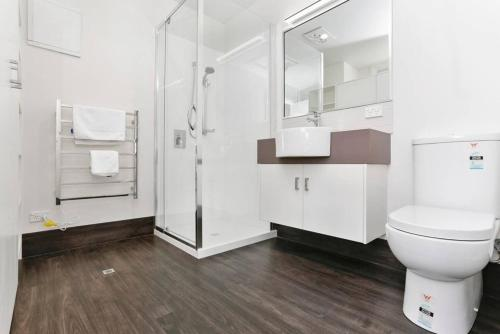 A bathroom at Port Central No 2