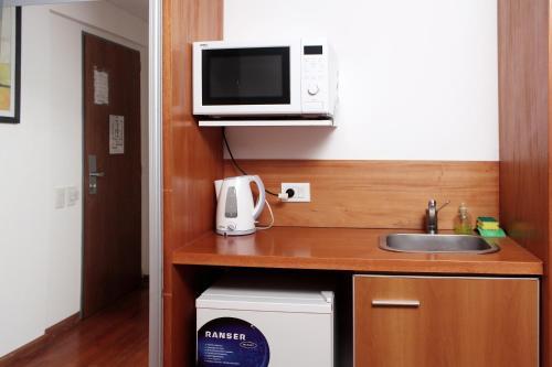 A kitchen or kitchenette at Catamarca Suites Land