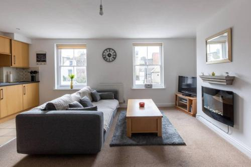 Cosy 2-bed apartment on Deal High Street moments from the beach
