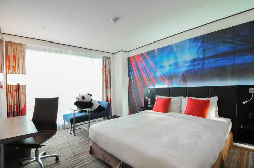 A bed or beds in a room at Novotel Taipei Taoyuan International Airport