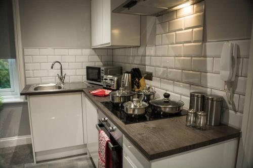 A kitchen or kitchenette at Stunning Maidstone Apartment - Free Parking