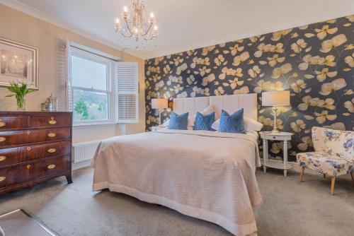 A bed or beds in a room at Haven Cottage