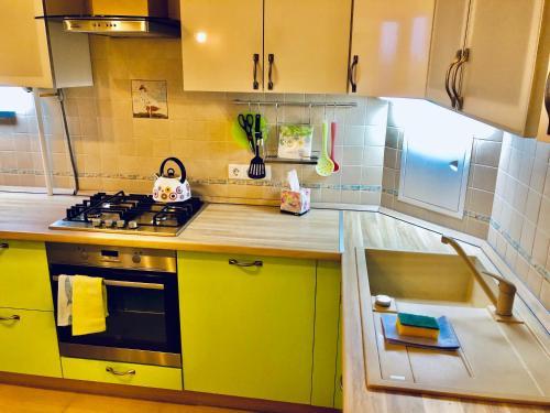 A kitchen or kitchenette at Apartment on Voznesenskaya 107