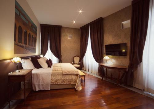 A bed or beds in a room at Hotel Dei Pittori