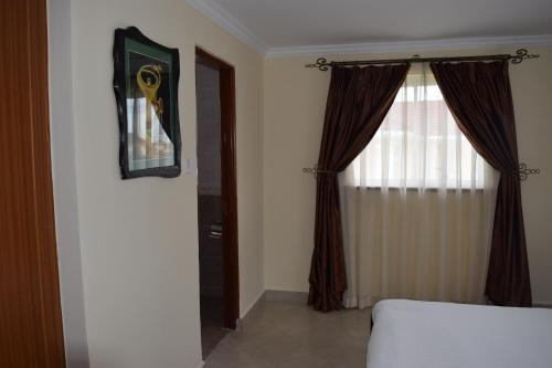 A bed or beds in a room at Greenpark Sundowner