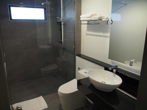 A bathroom at Laluna Hotel And Resort, Chiang Rai