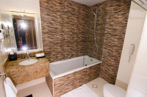 حمام في فندق المروج جراند - مسقط