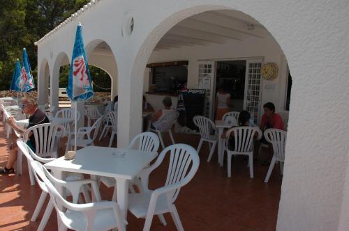 Ein Restaurant oder anderes Speiselokal in der Unterkunft Apartamentos Sa Cala