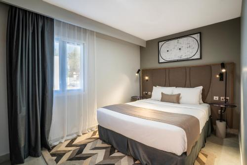 سرير أو أسرّة في غرفة في منتجع ماربيلا