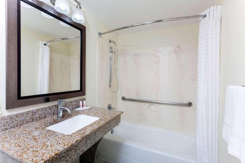 A bathroom at Super 8 by Wyndham Decatur/Dntn/Atlanta Area