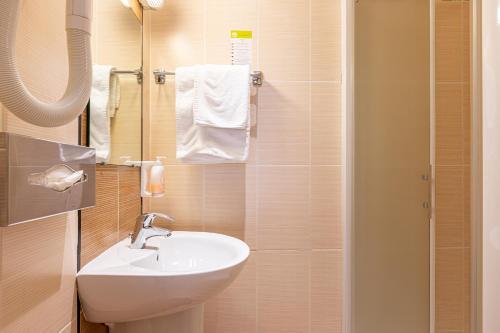Um banheiro em Hôtel du Home Moderne