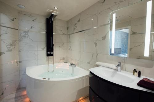 A bathroom at Amirauté