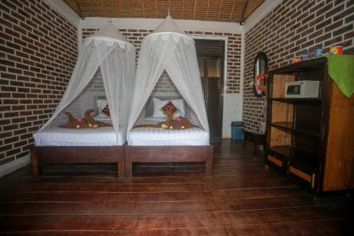 A bed or beds in a room at Balangan Sea View Bungalow