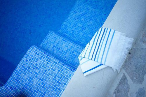 Uma cama ou camas num quarto em Ronda Center Apartments with Pool
