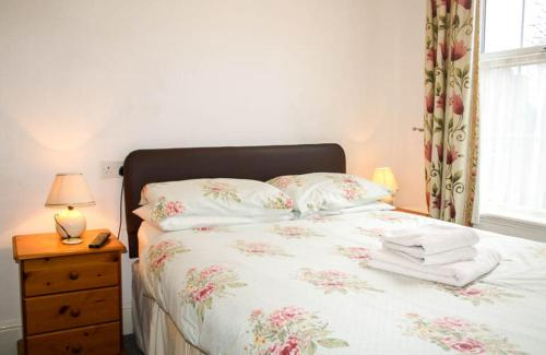 A bed or beds in a room at Atholl Lodge