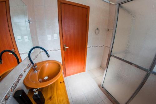 A bathroom at AP espaçoso e PRÓXIMO A TUDO!!